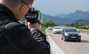Un policier contrôle la vitesse des véhicules près de Nice, le 8 mai 2011.