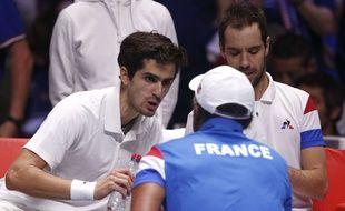 Pierre-Hugues Herbert en discussion avec Yannick Noah lors de la finale de la Coupe Davis France-Belgique, le 25 novembre 2017 à Lille.