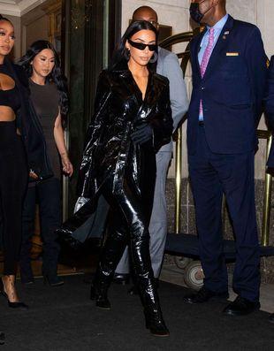Kim Kardashian West sort dîner avec  Kourtney Kardashian et Travis Barker le 11 septembre 2021 à New-York.