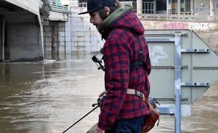 Le street fishing, consistant à pêcher des poissons dans le Rhône ou la Saône en ville, se développe à Lyon.