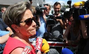 Reims, le 15 juillet 2015. Viviane Lambert, la mère de Vincent, répond aux journalistes devant l'hôpital où est soigné son fils.