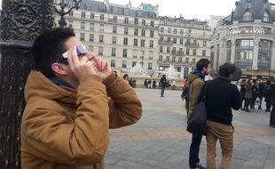 Les Parisiens ont tenté de voir l'éclipse