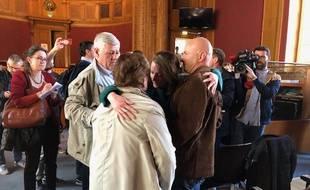 Après l'énoncé du verdict, Carlyne Bouchon, la fille de Patricia, est tombée dans les bras de ses proches.