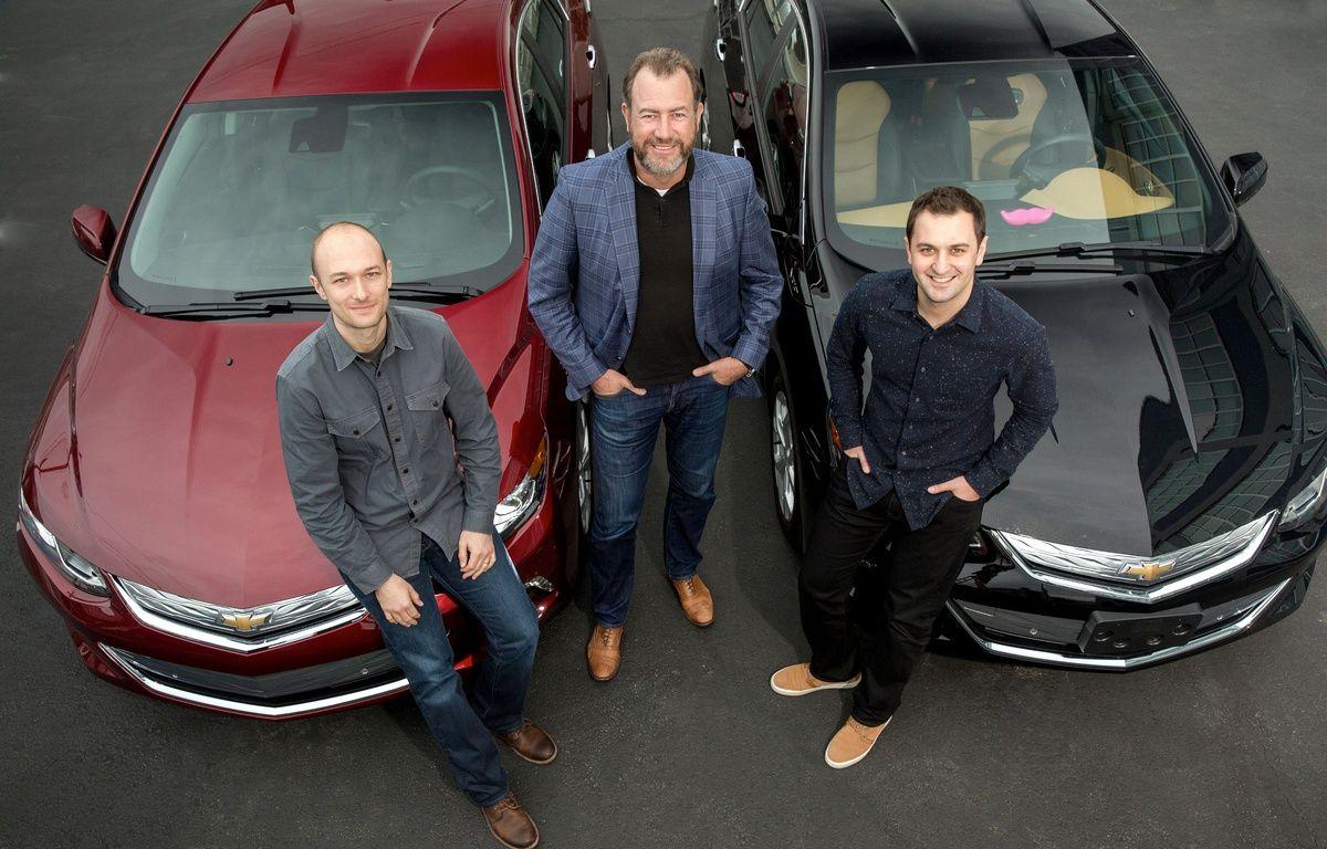 Le président de General Motors, Dan Ammann, entouré des fondateurs de Lyft, Logan Green et John Zimmer. – GENERAL MOTORS