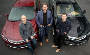 Le président de General Motors, Dan Ammann, entouré des fondateurs de Lyft, Logan Green et John Zimmer.