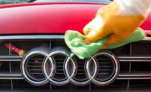 Un employé du constructeur automobile allemand Audi astique la calandre d'une voiture, le 10 mars 2015 à Ingolstadt, dans le sud de l'Allemagne