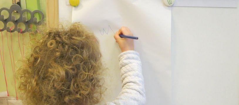 Une élève de la maternelle Saint-André des Arts à Paris.Le 26/03/2018.