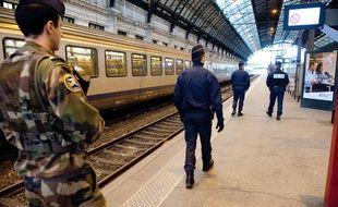 Illustration d'une patrouille de policiers et de militaires dans le cadre du renforcement du plan vigipirate. - Photo : Sebastien Ortola