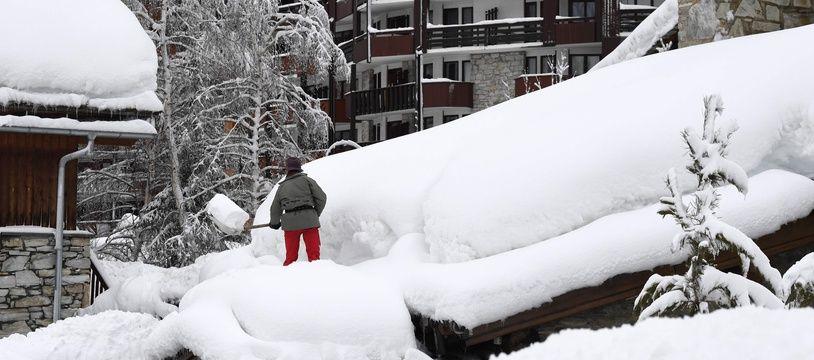 Le département de la Savoie avait été placé en vigilance rouge lundi, concernant le risque d'accident. 90 centimètres de neige sont tombés à Val d'Isère en 24h / AFP PHOTO / JEAN-PIERRE CLATOT