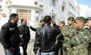 Des blindés de l'armée et la gendarmerie patrouillaient vendredi à Mdhilla, localité du bassin minier tunisien (centre) où la politique de recrutement du principal employeur de la région, la Compagnie des Phosphates de Gafsa, a entraîné des violences.