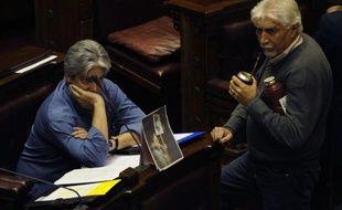 """Le Parlement uruguayen a voté jeudi un projet de loi rendant imprescriptibles les crimes commis pendant la dictature (1973-1985), qui ne seront en outre plus soumis à une loi dite """"de caducité"""" qui divise le pays depuis 26 ans."""