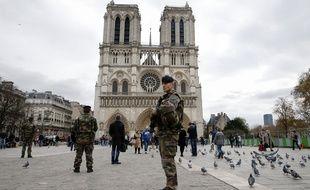 Des militaires devant Notre-dame de Paris le 16 novembre 2015 (illustration)