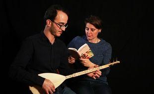 Claire Audhuy en pleine lecture musicale de son livre, avec le musicien Baris Ayhan.
