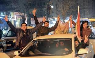 Des Kurdes fêtent l'éviction du groupe Etat islamique de la ville syrienne de Kobané, le 26 janvier 2015 dans les rues de Diyarbakir, dans le sud-est de la Turquie