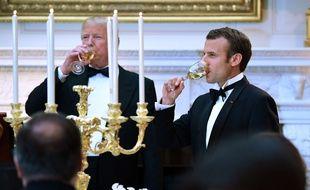 Donald Trump et Emmanuel Macron trinquent lors du dîner d'Etat à la Maison Blanche, le 24 avril 2018.