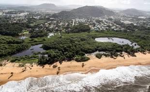 Vue aérienne de la plage de Salines, à Cayenne, en Guyane, le 15 janvier 2013.