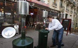 """Les terrasses des bistrots et des restaurants, refuge des fumeurs depuis le 1er janvier, sont désormais dans le collimateur des anti-tabac, mais aussi des écologistes qui voient dans les chauffe-terrasses une source de """"gaspillage énergétique considérable""""."""
