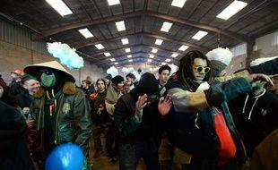 Des fêtards dansent lors d'une rave party organisée à Lieuron, au sud de Rennes, lors du nouvel an 2021.