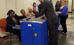 Barack Obama a voté jeudi dans son fief de Chicago 12 jours avant la date officielle des élections présidentielle et législatives américaines, concluant par l'Ohio (nord) un marathon des Etats-clé où il espère barrer la voie à Mitt Romney.