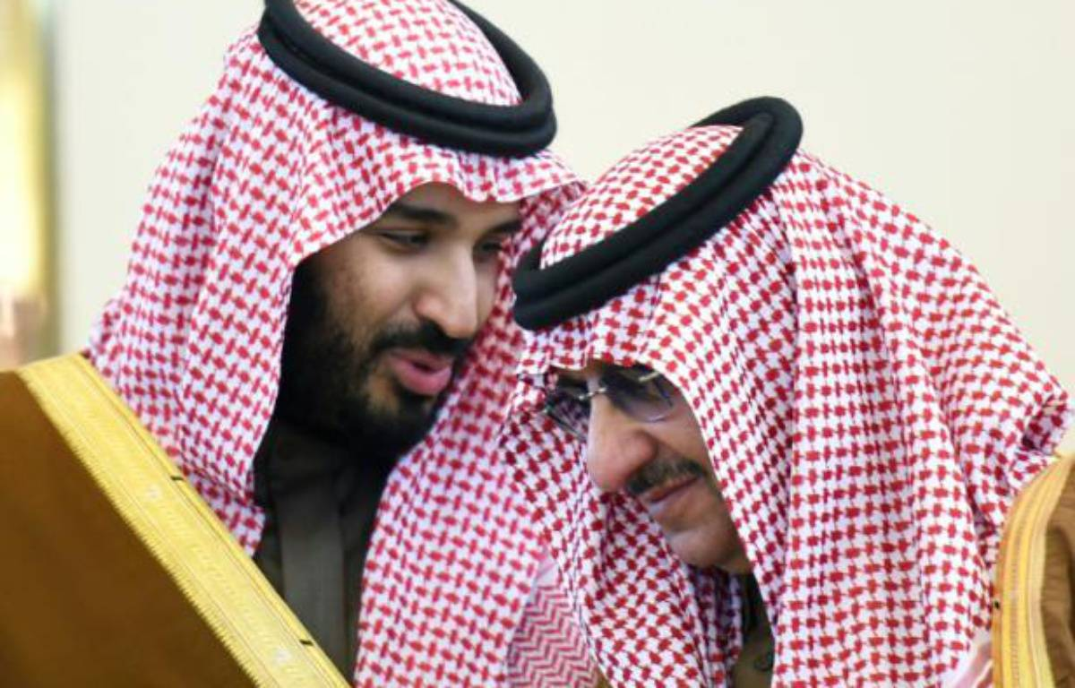Le ministre de la Défense saoudien Mohamed bin Salman (G) discute avec le prince du royaume et ministre de l'Intérieur Mohammed bin Nayef, le 9 décembre 2015 à Ryad – FAYEZ NURELDINE AFP