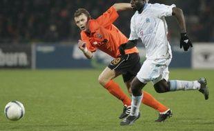 Le footballeur marseillais Modeste M'Bami (en blanc), à la lutte avec Olexeiy Gai, du Shakhtar donetsk, le 9 avril 2009.