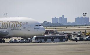 Les équipes médicales autour d'un vol en provenance de Dubaï à l'aéroport JFK de New York, le 5 septembre 2018.