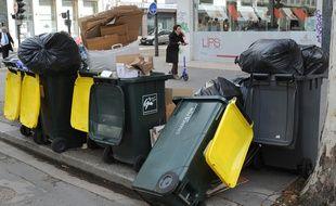 Les ordures débordent des poubelles en raison d'une grève des éboueurs (illustration)