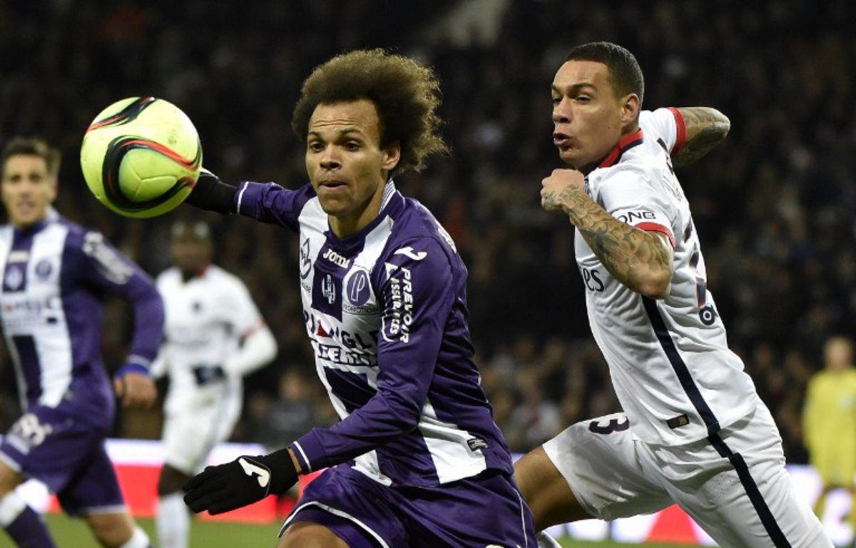 L'attaquant du TFC Martin Braithwaite (à gauche) à la lutte avec le défenseur du PSG Grégory Van der Wiel, le 16 janvier 2016 au Stadium de Toulouse. – P. Pavani / AFP