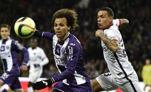 L'attaquant du TFC Martin Braithwaite (à gauche) à la lutte avec le défenseur du PSG Grégory Van der Wiel, le 16 janvier 2016 au Stadium de Toulouse.