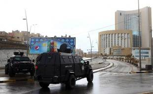 Des forces de sécurité libyennes entourent l'hôtel Corinthia, dans le centre de Tripoli, le 27 janvier 2015