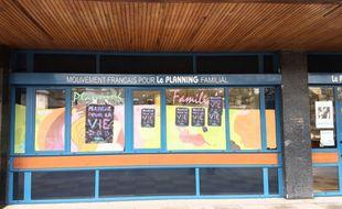 Des affiches ont été collées sur la façade du planning familial de Rennes.