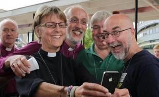 Des membres du clergé, le 14 juillet 2014 à York, célèbrent le vote de l'église anglicane en faveur de l'ordination des femmes évêques.