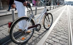 Un vélo en ville (illustration).