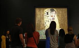 Des visiteurs au Musée du Belvédère de Vienne devant Le Baiser de Gustav Klimt, le 12 juillet 2012.