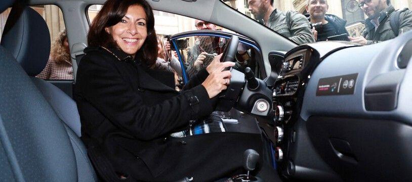 Anne Hidalgo au volant d'un véhicule électrique en autopartage en novembre 2018 (illustration).