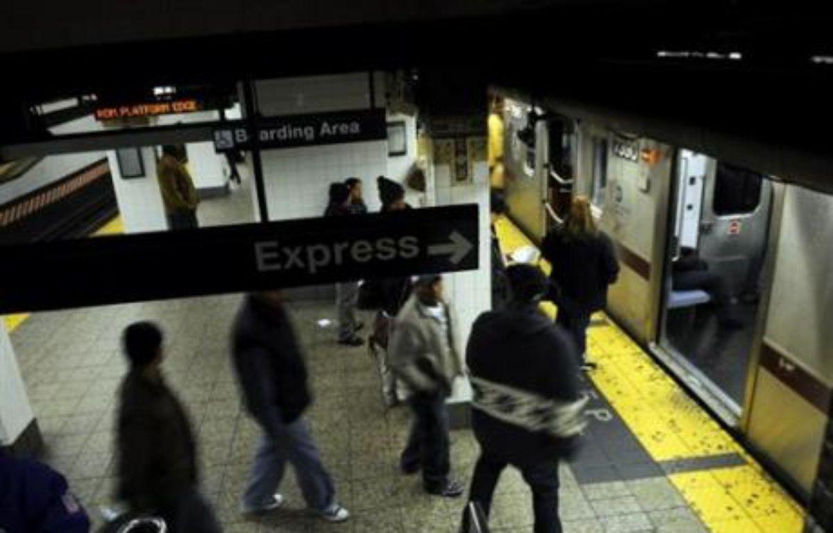 Un policier de New York, Richard Kern, 25 ans, a été inculpé mardi pour agression sexuelle aggravée à l'encontre d'un homme interpellé dans le métro et risque jusqu'à 25 ans de prison, une bavure qui a nécessité l'enquête d'un grand jury citoyen. – Emmanuel Dunand AFP/Archives
