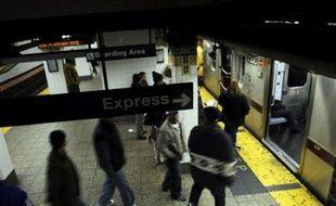 Un policier de New York, Richard Kern, 25 ans, a été inculpé mardi pour agression sexuelle aggravée à l'encontre d'un homme interpellé dans le métro et risque jusqu'à 25 ans de prison, une bavure qui a nécessité l'enquête d'un grand jury citoyen.
