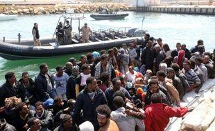 Des gardes-côtes libyens surveillent des migrants, le 6 juin 2015 à Tripoli