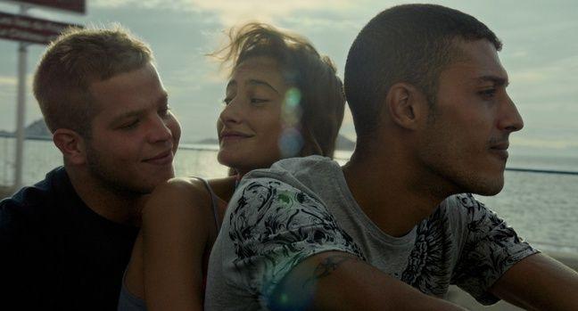Mehdi et Marco entoure Suzanne.