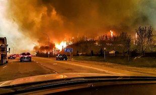 De nombreux internautes ont filmé des scènes de désolation de cet incendie qui ravage l'Alberta au Canada.