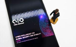 Illustration d'un smartphone avec le logo de NSO.