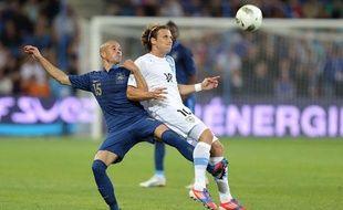 Le défenseur Christophe Jallet tente de contenir Diego Forlan, le 15 août 2012 au Havre.