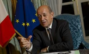 Jean-Yves Le Drian, ministre de la défense dans son bureau parisien le 1er octobre 2012.