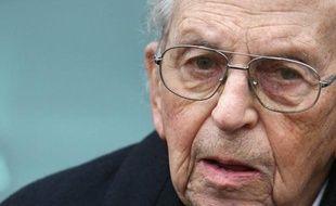 Raymond Aubrac, l'un des derniers cadres de la Résistance, est mort mardi soir à l'âge de 97 ans à l'hôpital militaire du Val de Grâce, a annoncé mercredi matin sa fille à l'AFP.