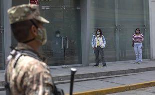 Des volontaires attendent devant une clinique de Lima pour tester un vaccin contre le coronavirus, le 9 septembre 2020.