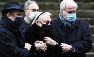 Alexandre Brasseur (avec le chapeau) et Michèle Cambon-Brasseur, fils et veuve de Claude Brasseur, aux obsèques de l'acteur à l'église Saint-Roch, à Paris, le 29 décembre 2020.