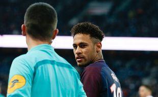 Neymar face à Strasbourg avant de sortir sur blessure.