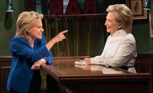 Hillary Clinton (à droite) lors d'une émission télévisée américaine le 4 octobre 2015.