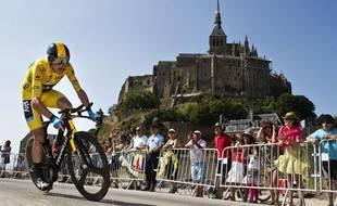 Le maillot jaune du Tour Christopher Froome lors du contre-la-montre au Mont Saint-Michel le 10 juillet 2013.