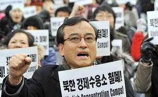 """Un manifestant sud-coréen porte une pancarte """"Abolissez les camps de concentration"""" lors d'une manifestation à Séoul pour les droits de l'homme en Corée du Nord, le 9 décembre 2011."""